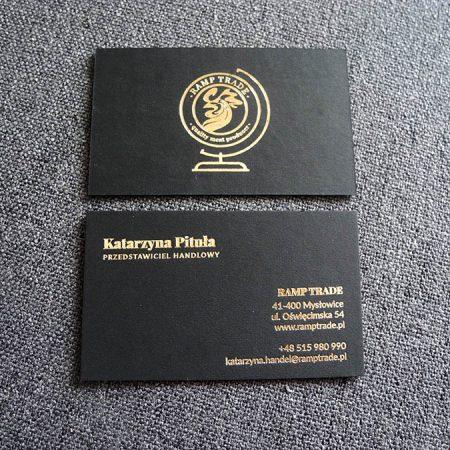 wizytówki z hot stampingiem złotym na grubym czarnym papierze